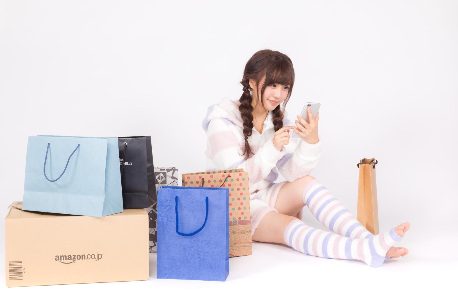 オンラインショッピングをしている女性