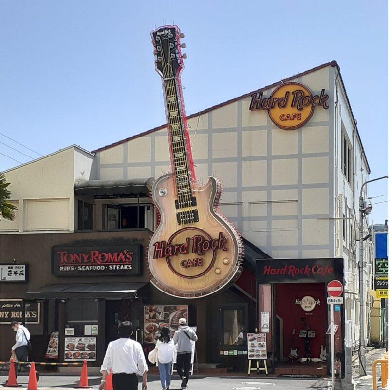 一目でわかる大きなギターの看板!