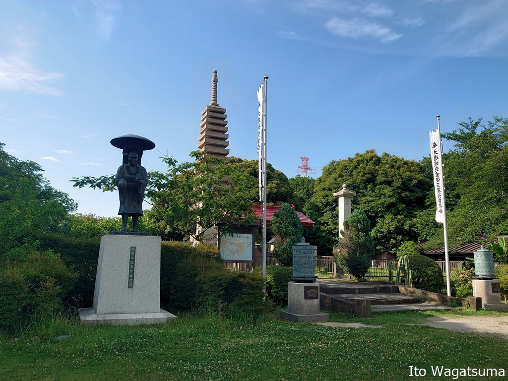 境内には三蔵法師の銅像と日本の寺院では少ないマニ車がある